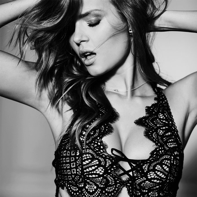 There's black lace… and then there's black lace. #XOXOVictoria https://t.co/j2OygsOupg https://t.co/kM0RX72S0m