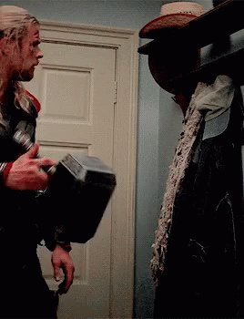 アベンジャーズ『エイジオブウルトロン』でカメオ出演したスタン リーが連れ出された後、皆でソーのハンマームジョルニアを持ち