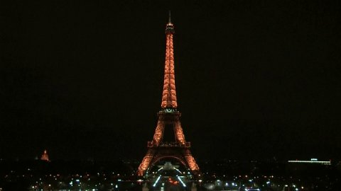 JUST IN: Eiffel Tower goes dark at midnight in Paris in honor of London terror attack victims.