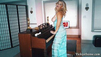 Playing #piano is better #topless..... rt  https://t.co/4Uvx4JJc5B https://t.co/0pYVUpxzcj