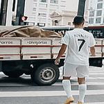 Cristiano Ronaldo atravessando a rua http://t.co/JquSJBClIs