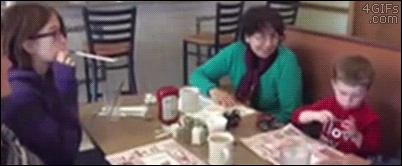 La hermana mayor con más puntería de la historia http://t.co/flrpvAtDKd http://t.co/uEDUzh11ND
