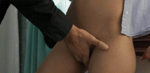 залез в трусы женщине воде фото