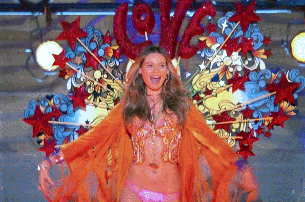 And @BeePrinsloo opens the #VSFashionShow for the 2nd year in a row! ???? ???? #BohoPsychedelic https://t.co/tYJQap2bIe