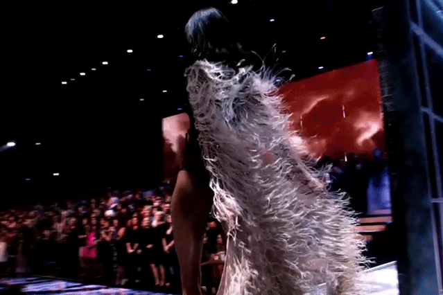 And then @OfficialCindyB walked in like ????. #VSFashionShow https://t.co/F5yswY2vUe