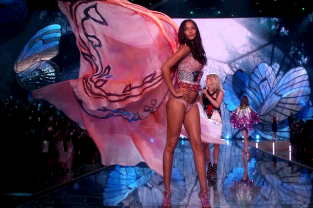 EPIC = the only way to describe these wings on @Lalaribeiro16! #VSFashionShow https://t.co/v64CgLIyTO