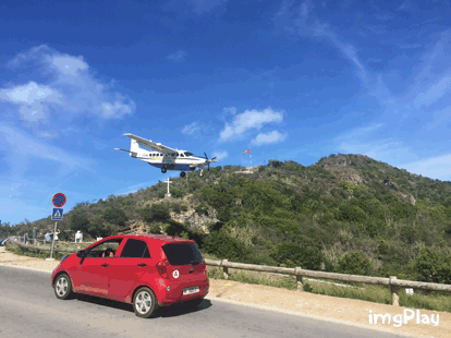 GIF time! Here's a St. Barth Commuter Cessna Grand Caravan landing Runway 10 at SBH. #AvGeek #ImgPlay https://t.co/hlSmJY20tP
