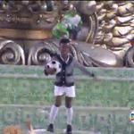 Na comissão de frente da #GrandeRio, menino representa Pelé. Acompanhe ao vivo: https://t.co/5CyPyeQIGs #Globeleza https://t.co/oJ3mGeYuMB