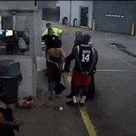 Chocante agresión policial a una mujer en EE.UU. captada por una cámara. Video completo: https://t.co/0PLjx6EZzg https://t.co/NecOt1zdQt