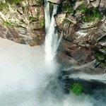Захватывающее видео самого высокого в мире водопада, снятое с помощью беспилотника https://t.co/BXcip6AZoC https://t.co/wOwigRVVNM