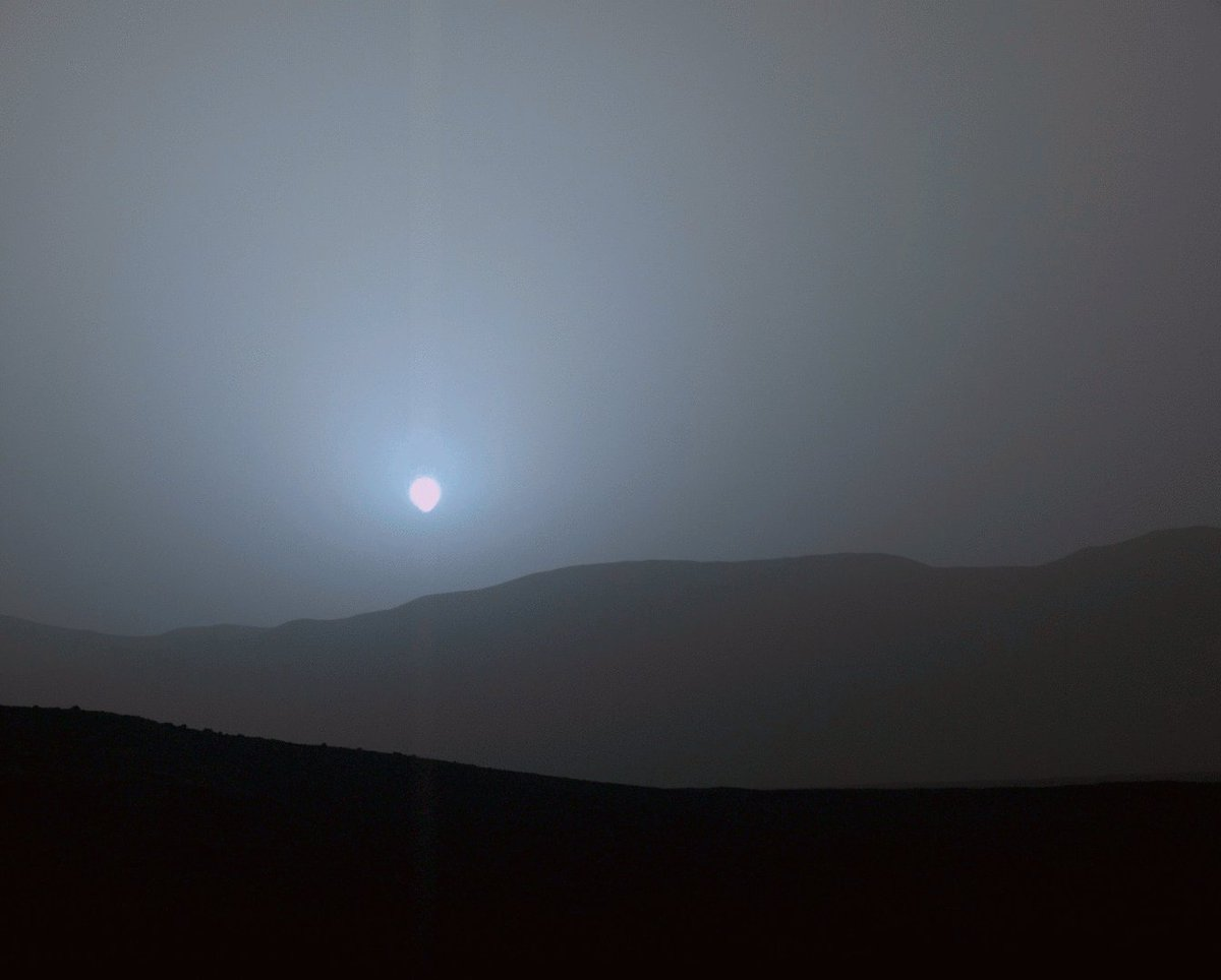 sunset at Gale Crater on #Mars.  #space https://t.co/XuXYmJddOt