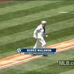 92-year-old WWII vet Burke Waldron wasted no time tossing a fantastic @Mariners first pitch: https://t.co/bDWMNo02eU https://t.co/Mz7zPHebKg