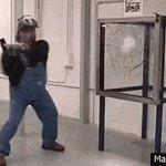 La réaction du mec quand il arrive a casser la vitre est excellente !! 😂 https://t.co/ss0kcSrG2M