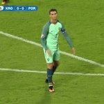 We moeten íets doen om deze match interessant te houden. Hier is een dansende Ronaldo! #cropor https://t.co/Fn8cHwyXnN