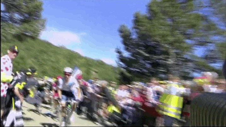 . @AdamYates7 also nearly taken out by a fan on Ventoux.When will these peanuts learn to leave the riders alone #tdf https://t.co/mwh0t2ypLb