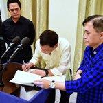 LOOK: President Duterte signs the Executive Order on Freedom of Information. https://t.co/usqoUWVrhT | via @PresidentialCom