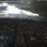 El paso de una #ShelfCloud sobre la Ciudad de México #CDMX este lunes. Vista Torre Latino hacia el Norte. GIF: https://t.co/sur5LEnkAM