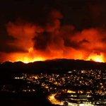 【消火の見通し立たず】ロサンゼルス郊外の山火事、その凄まじい映像が公開 https://t.co/1tpG4v0BhV 22日の午後に野火として発生。23日の夜には、2万エーカー(約81平方キロ)の土地に燃え広がったとされている。 https://t.co/L4pWtbHgyK