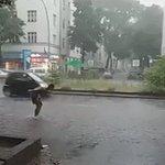 Überflutete Straßen in Berlin. (via https://t.co/FfSKYDygZG) Mehr: https://t.co/XOmDHLu1Ic https://t.co/EyMpGJ50uO