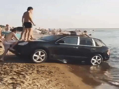#VosMecsQui s'amusent à faire du toboggan sur leur Porsche Cayenne .. Profitez de l'été mais ⚠️ à nos véhicules ! https://t.co/i0KgrRC4Hm