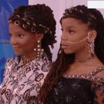 This confidence, tho. We cant handle it, @chloeandhalle 😍 #VMA @MTV https://t.co/F1Lq42jx5x https://t.co/8ojdhPelBt