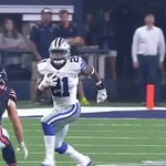 👀 @EzekielElliott 👀  #CHIvsDAL #DallasCowboys https://t.co/3FTub90nuC