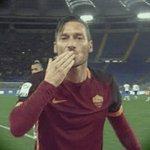 Feliz 40º cumpleaños a toda una leyenda de @OfficialASRoma como es Totti!  👏🏼🎉#happyBirthdayTotti https://t.co/szNoXdbeTs