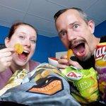 Het leven van een vlogger is zo zwaar… We hebben net een nieuwe #smaaktest opgenomen, deze keer vijf soorten chips! https://t.co/GiBisKibd2
