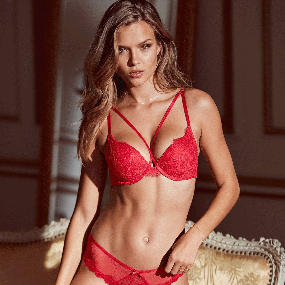 Don't wait for Santa: $35 bras are here NOW—in ???????? stores only! https://t.co/LWNPqPxRqT https://t.co/gE5xc9fMTd