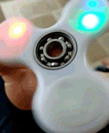 Fidget Spinner, el juguete que causa controversia en los colegios de Estados...