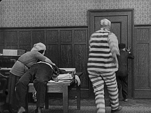 RT @silentmoviegifs: Buster Keaton could really sell a punch (Convict 13 1920) https://t.co/6j8AAlEAAb