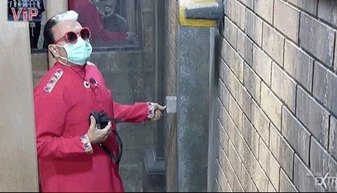 RT @dormivan: 'Se non è amore, push the interruttore!' #GFvip https://t.co/ateZbLxI2j