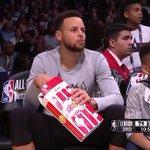 RT : Curry a comer pipocas com o jogo a deco...