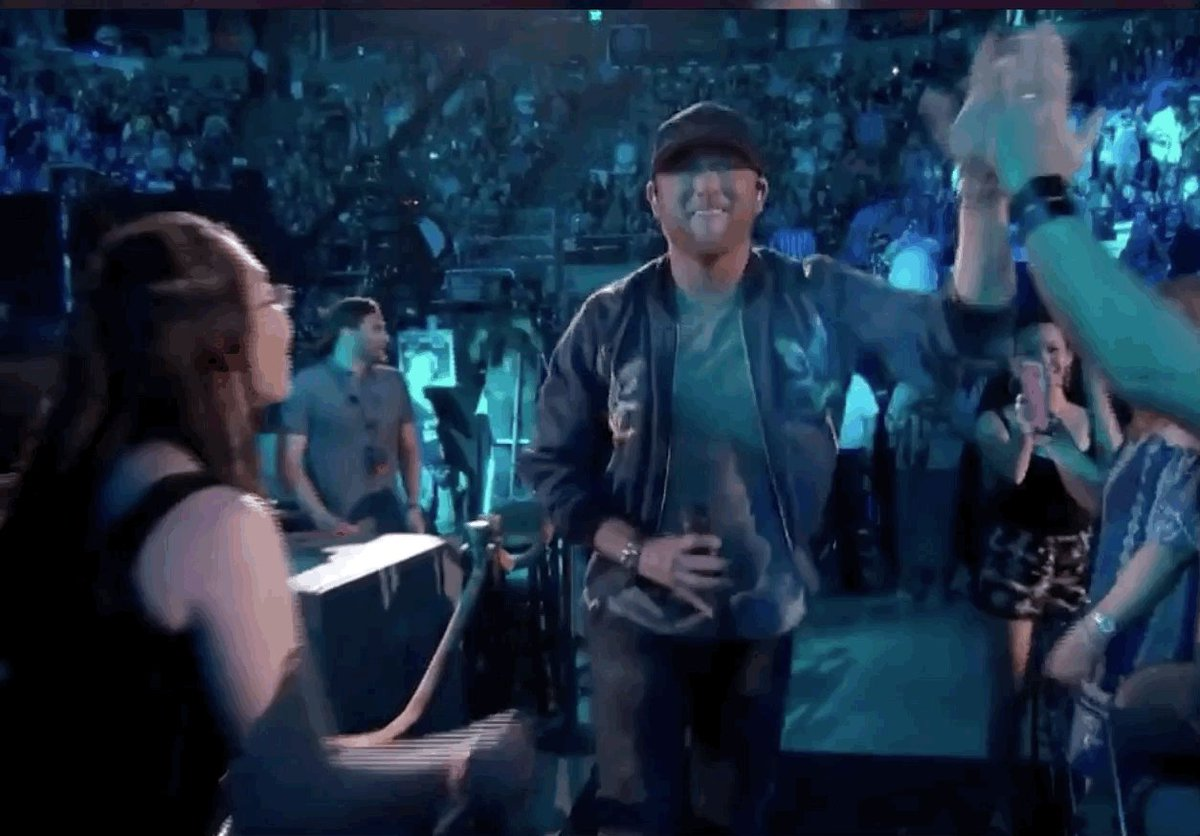 RT @iHeartCountry: Let's give @coleswindell a round of applause for his performance 👏  #iHeartCountryFest  @FOXTV https://t.co/idFoG40Jkq