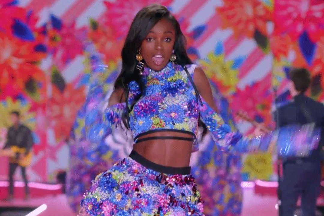 .@Leomie_Anderson casually serving up MAJOR looks. #VSFashionShow https://t.co/bRSLpwfzAs