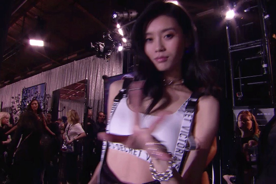 We love you, @mengyaoxi!! #VSFashionShow https://t.co/4G3lHAbAFe