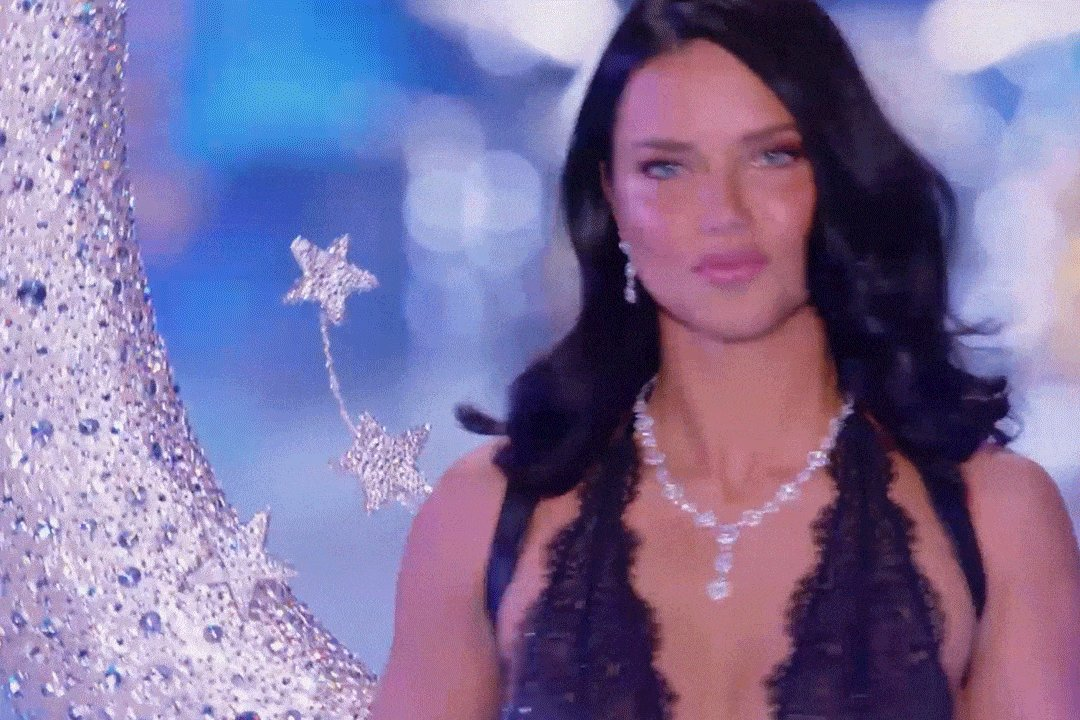 .@adrianalima deserves nothing less than the moon & stars during her last walk down the #VSFashionShow runway!! https://t.co/LhB7ICwMTX