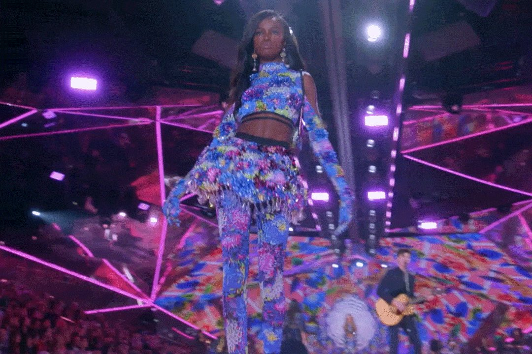 When someone compliments you on your new #VSxMaryKatrantzou… https://t.co/9FXrmFxl68