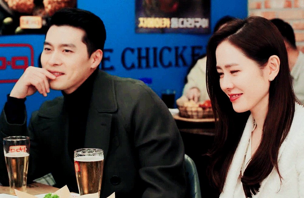 team riri, i love how they share looks and minds 🥰🤍  #crashlandingonyou • #hyunbin • #sonyejin