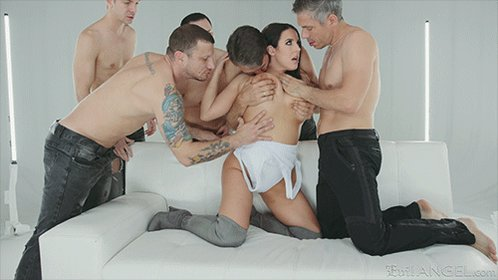 Love the sight of @ANGELAWHITE surrounded by man 😈
