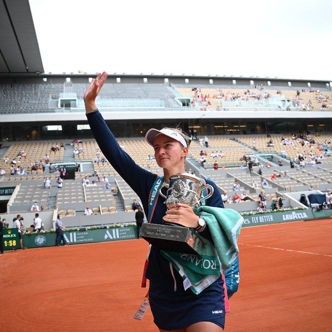 फ्रेंच ओपन टेनिस टूर्नामेंट के महिला सिंगल्स में गैर वरीयता प्राप्त बारबोरा क्रेचीकोवा ने ग्रैंड स्लैम खिताब जीता