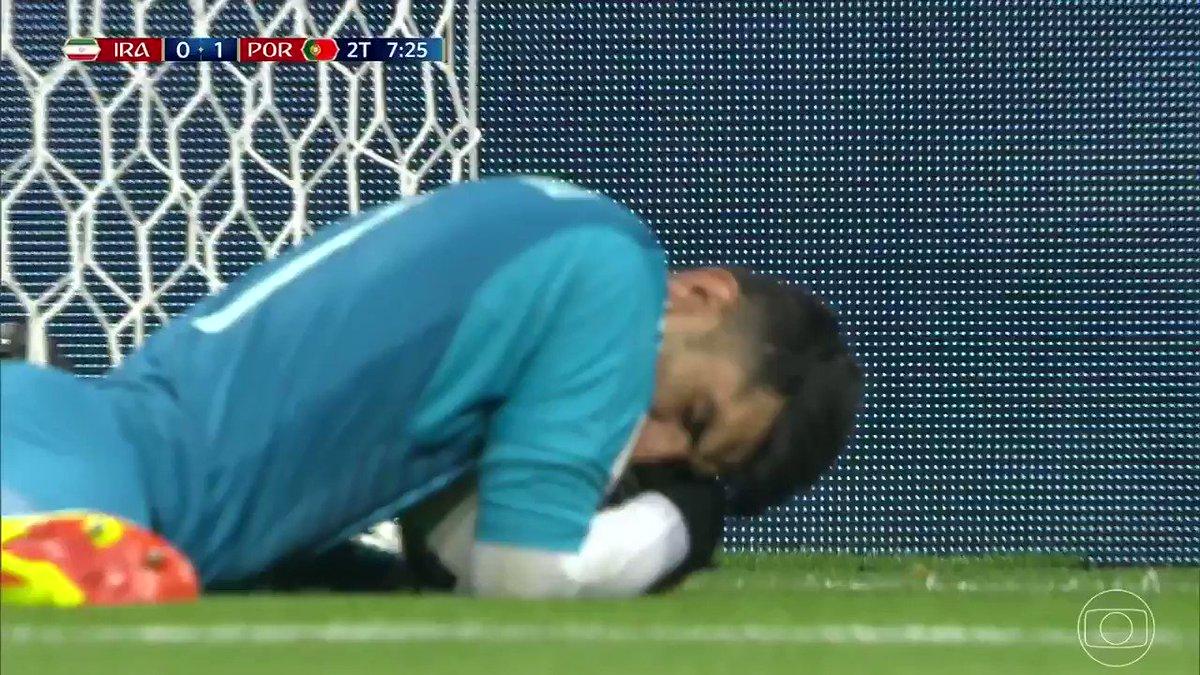 Aqueles segundos logo após defender um pênalti de Cristiano Ronaldo https://t.co/stftVAEDF2 #GloboNaCopa https://t.co/gNHUuX7Hyk