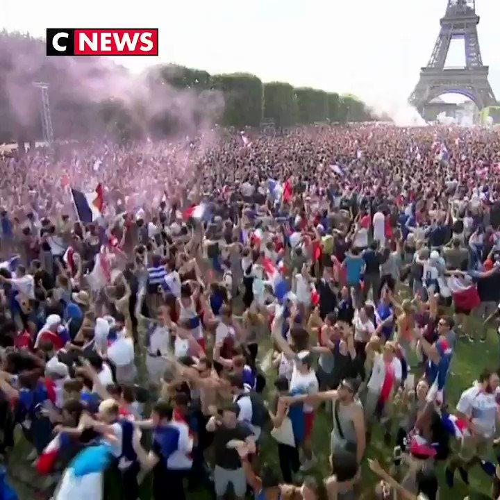 #CM2018 La foule en délire après la victoire des Bleus ! 🇫🇷