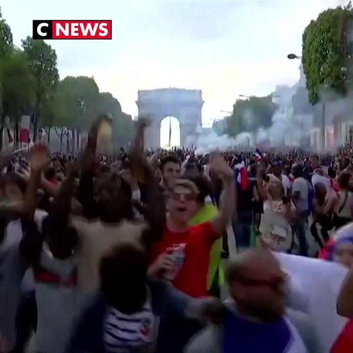 #CM2018 Lavenue des Champs-Élysées envahie par les supporters 🇫🇷⚽
