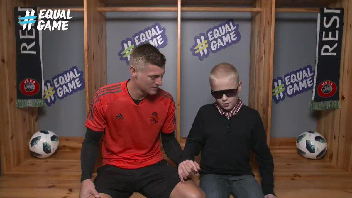 Un niño invidente toca la cara de Kross para saber cómo es... Momentos que cambian la vida a los más importantes. Debemos seguir el ejemplo. Vía @UEFA