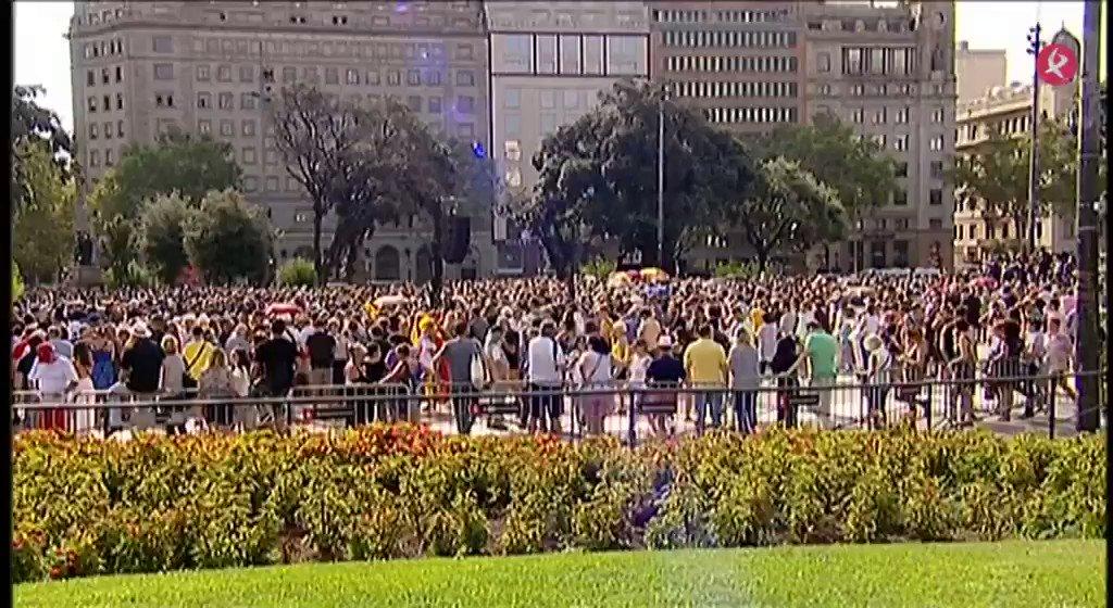 Comienza el acto oficial de homenaje a las víctimas de los atentados de Barcelona y Cambrils. El Rey Felipe VI ha sido recibido con algunos abucheos y también con gritos de