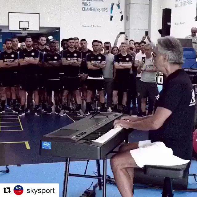 ¡Y vaya que se enchina la piel! Así recibió Andrea Bocelli a los jugadores del @Inter en el gimnasio... Mucha suerte en esta nueva campaña querido @javierzanetti