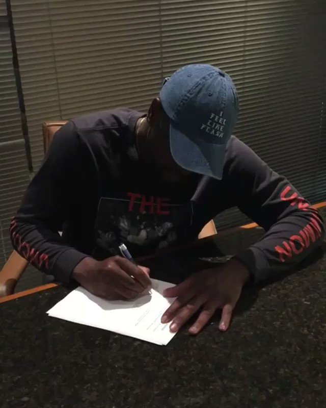 Official. ��  @DwyaneWade puts it in ink. ✍️ #OneLastDance  (��: @MiamiHEAT) https://t.co/aLZY4lQLhc