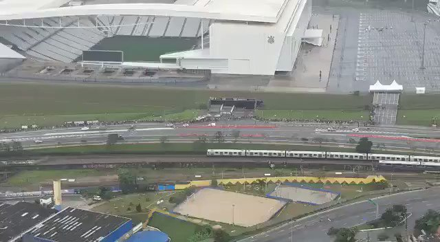Corintianos fazem fila enorme na Arena Corinthians por ingresso para treino aberto