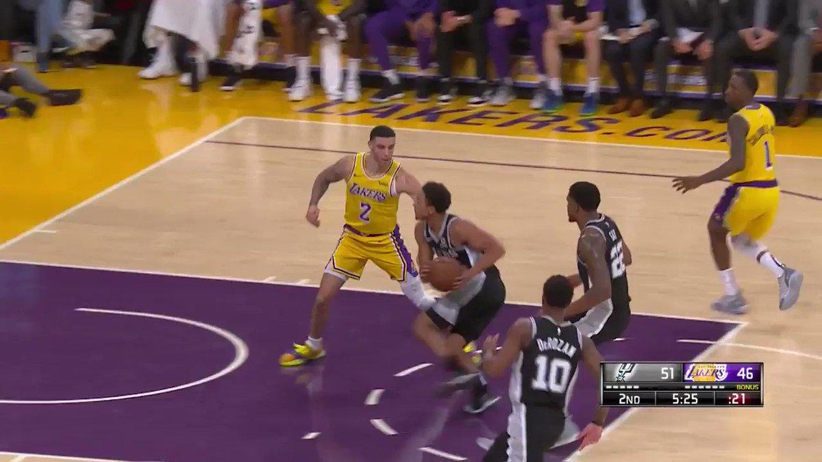 Kyle Kuzma spins and scores! #LakeShow  ��: @NBATV https://t.co/qqbzlWrH0I